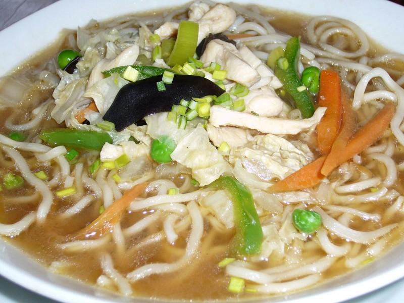 Kuřecí polévka s čínskými nudlemi a houbami