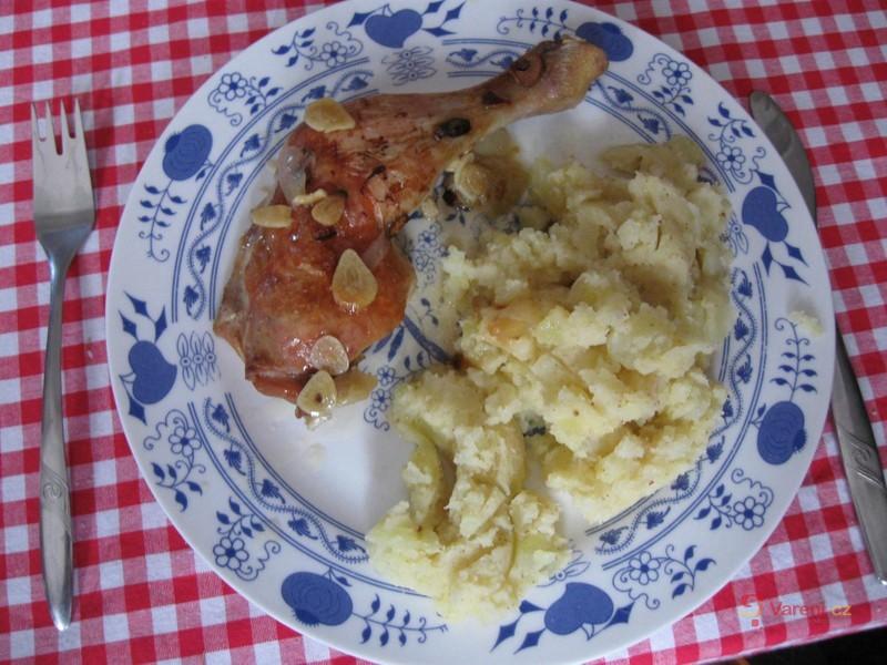 Pečená kuřecí stehna s ochucenými šťouchanými bramborami