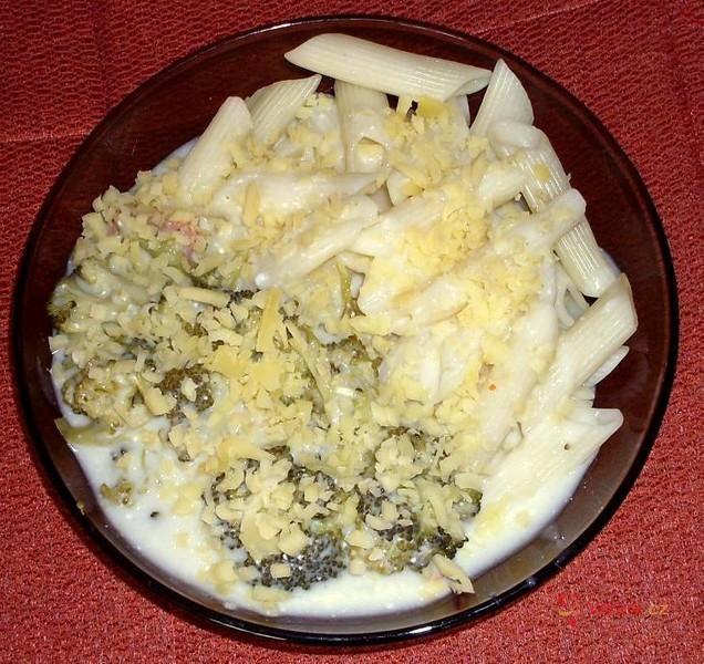 Sýrová omáčka s brokolicí a těstovinami