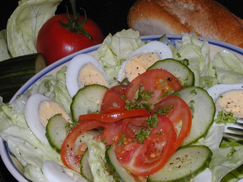 Pikantní hlávkový salát s vejci