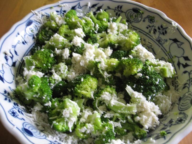 Salát z brokolice sypaný sýrem
