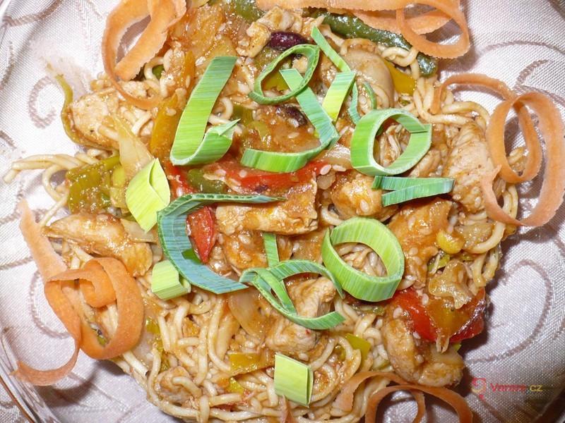 Čínské nudle s kuřecím, zeleninou a sezamem