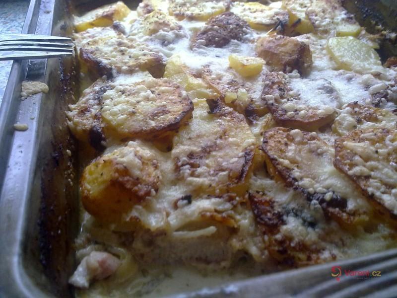 Zapečená kotleta s brambory a šlehačkou