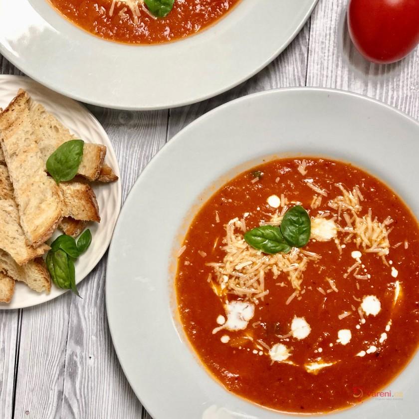 Krémová tomatová polévka s bazalkou a parmezánem