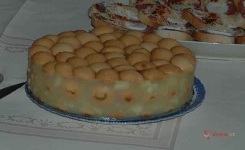 Nepečený dort s jablky a piškoty
