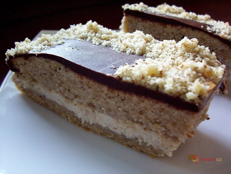 Ořechový koláč s medovým krémem