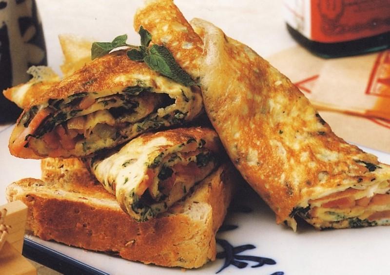 Omeleta se slaninou a bylinkami