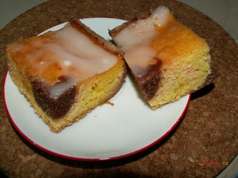 Papouščí koláč se šlehačkou