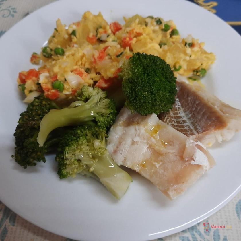 Dušená treska s jarním bramborovým salátem a brokolicí