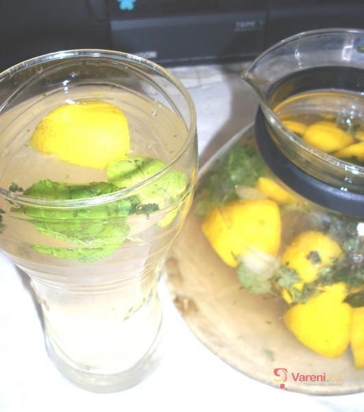 Osvěžující mátová citronáda