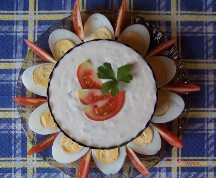 Vejce s jemnou okurkovou omáčkou