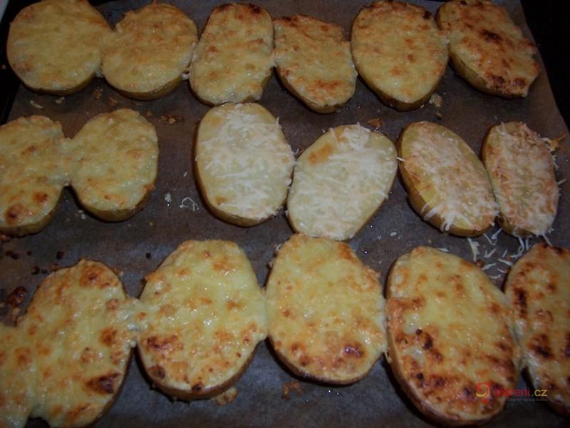 Česnekové brambory ve slupce