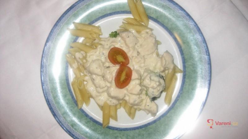 Těstoviny s kuřecím a smetanovo-nivovou omáčkou