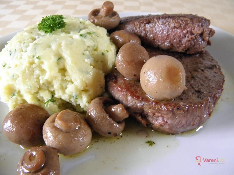 Steaky s česnekovo-bylinkovou kaší