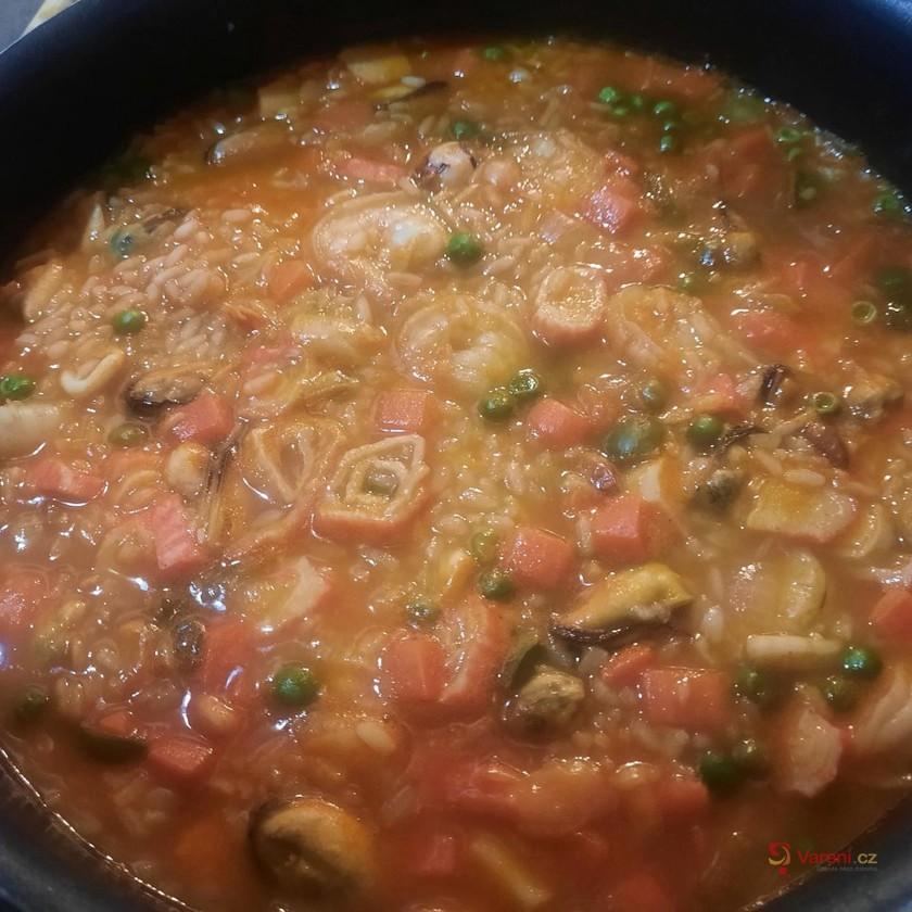 Paella s kuřecím masem, krevetami a zeleninou