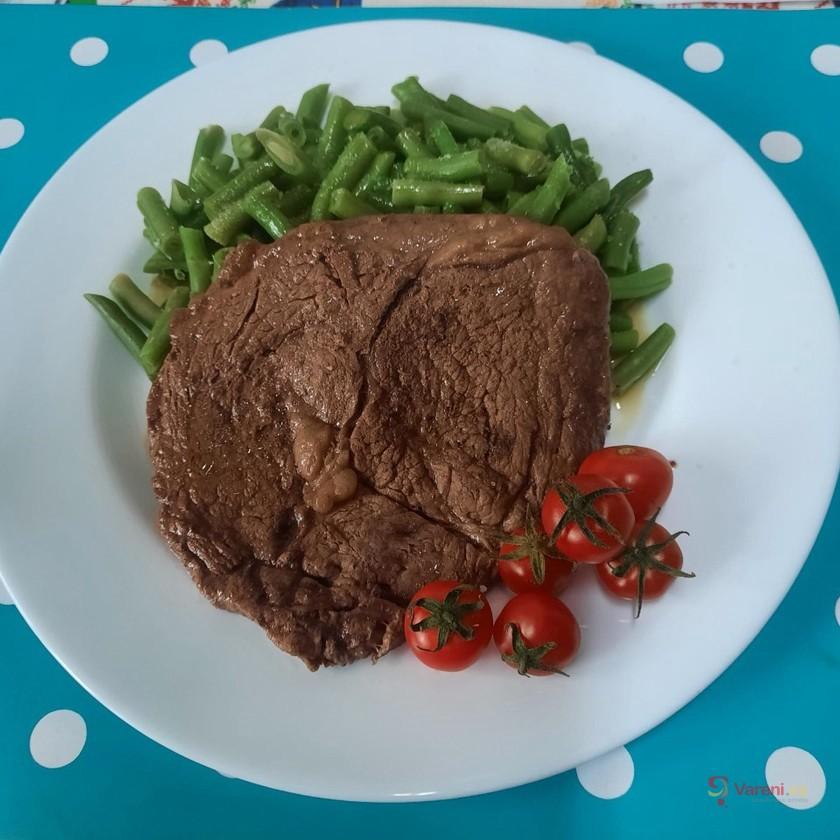 Hovězí Rib Eye steak s dušenými fazolkami