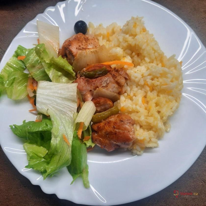 Kuřecí špízy s mrkvovou rýží a salátem