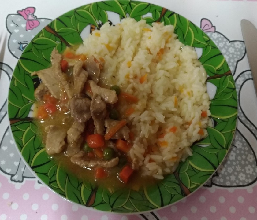Masové nudličky s hráškem a mrkví