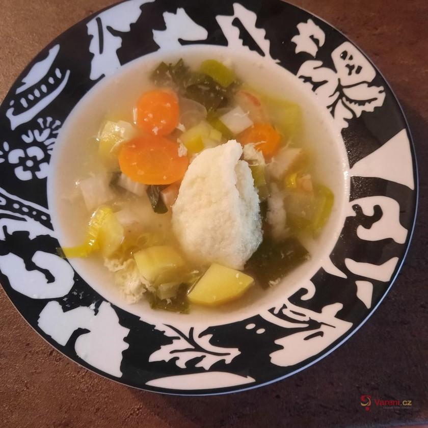 Jarní zeleninová polévka s krupicovými knedlíčky