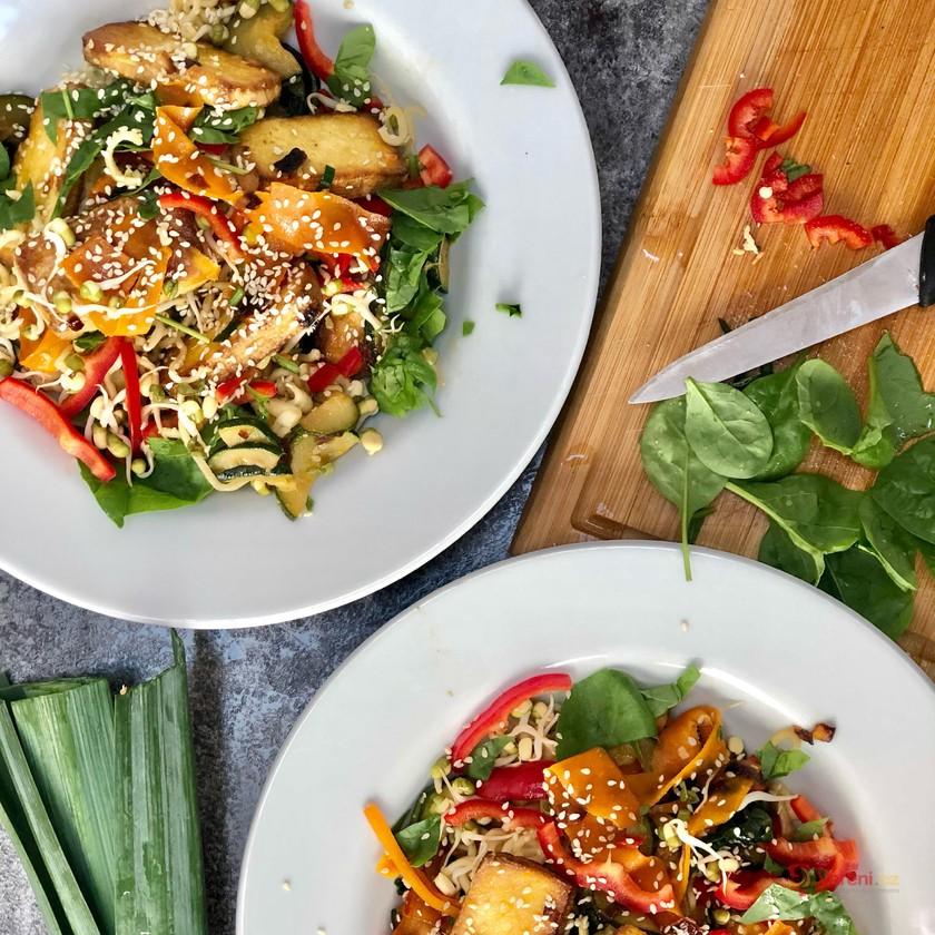 Křupavé tofu se zeleninou a nudlemi