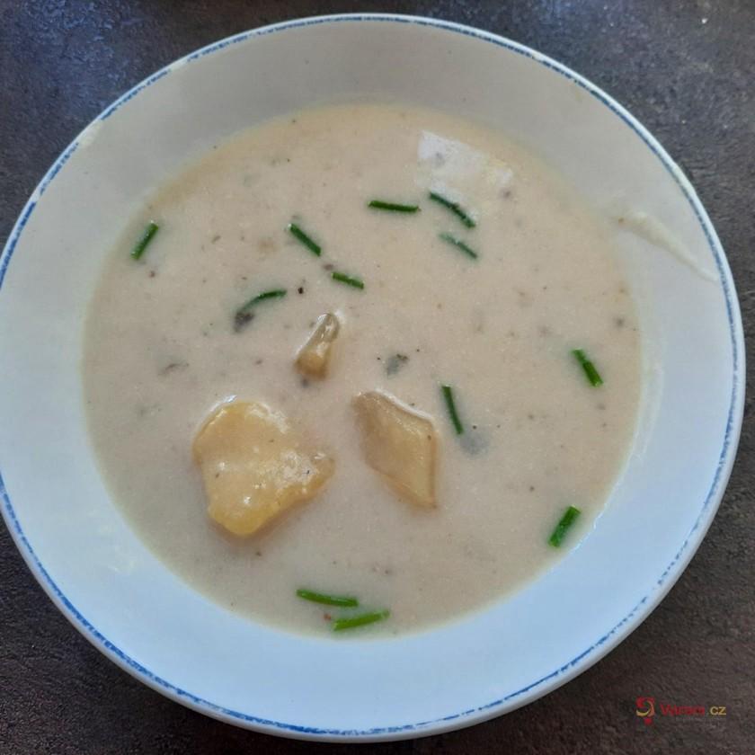 Houbová polévka s bramborem a pažitkou