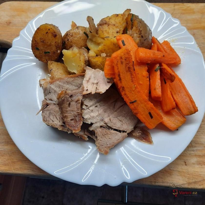 Pečená kýta s americkými bramborami a mrkví