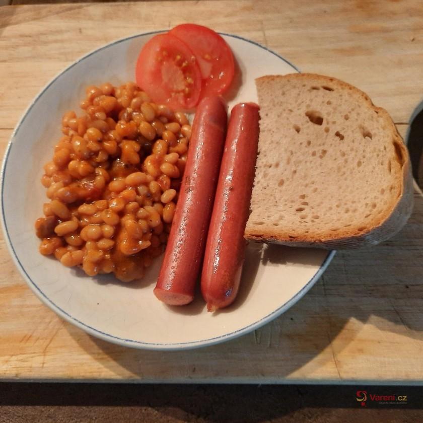 Fazole po bretaňsku s párkem a chlebem