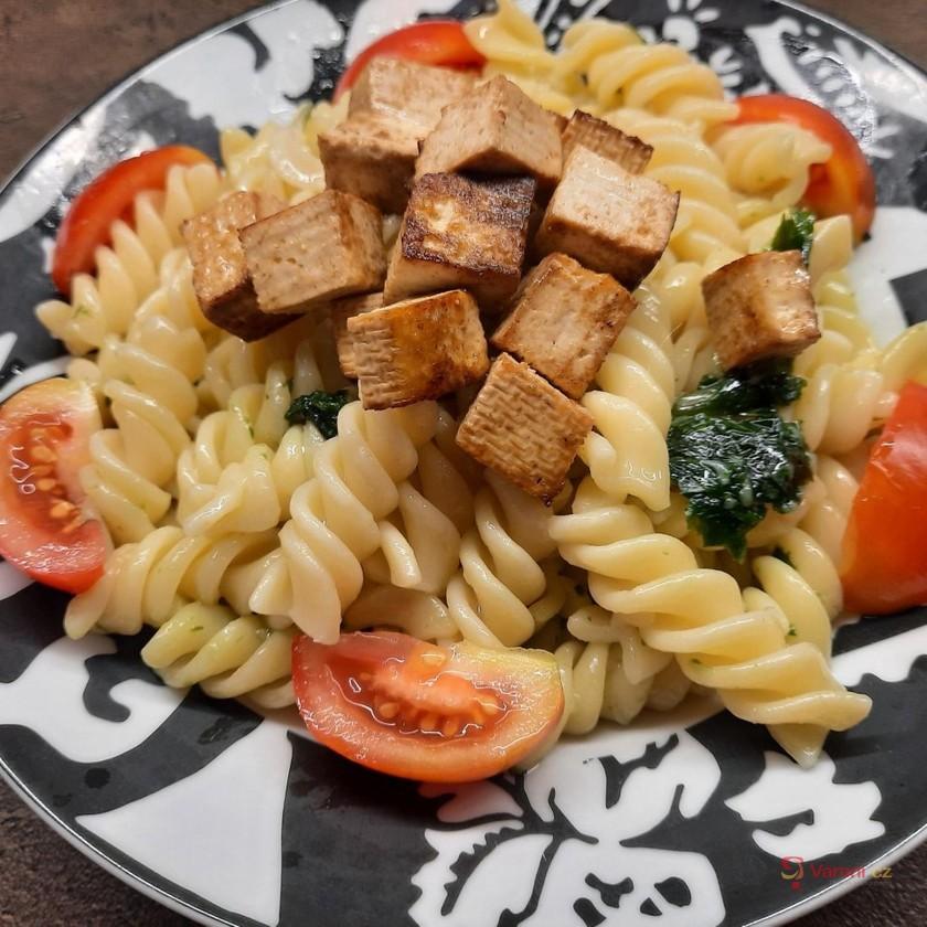 Těstoviny s bazalkovým pestem a opečeným tofu