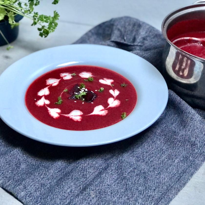 Polévka z pečené červené řepy s rostlinnou smetanou