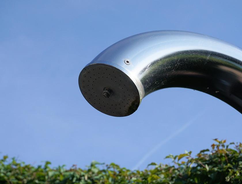 Teplá sprcha na zahradě i otužování? Ano, díky solární sprše! Foto: komerční sdělení