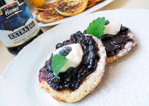 Recept na kynuté lívance s borůvkovým Extra Jamem a zakysanou smetanou