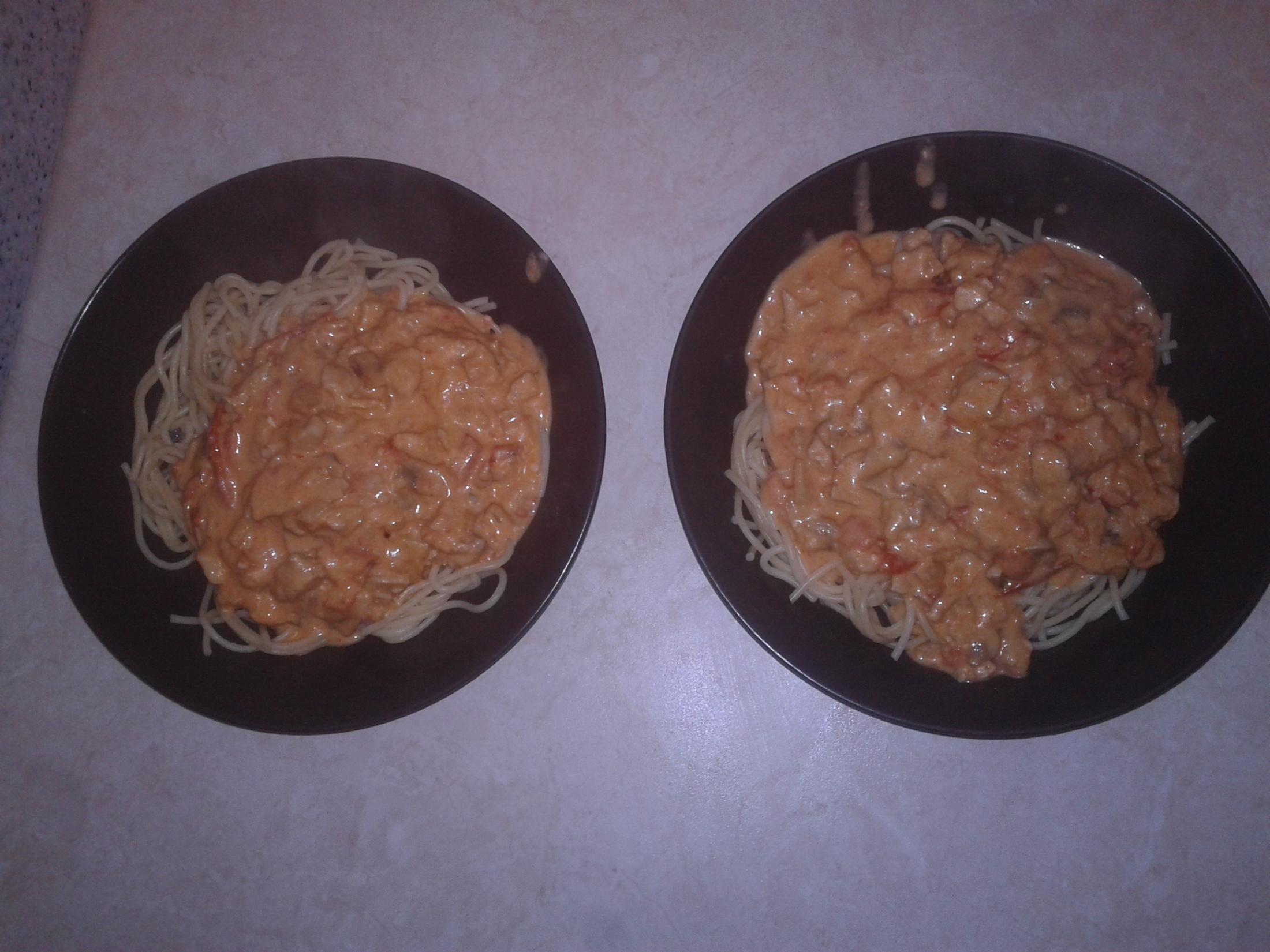 Špagety s kuřecím masem a nivou
