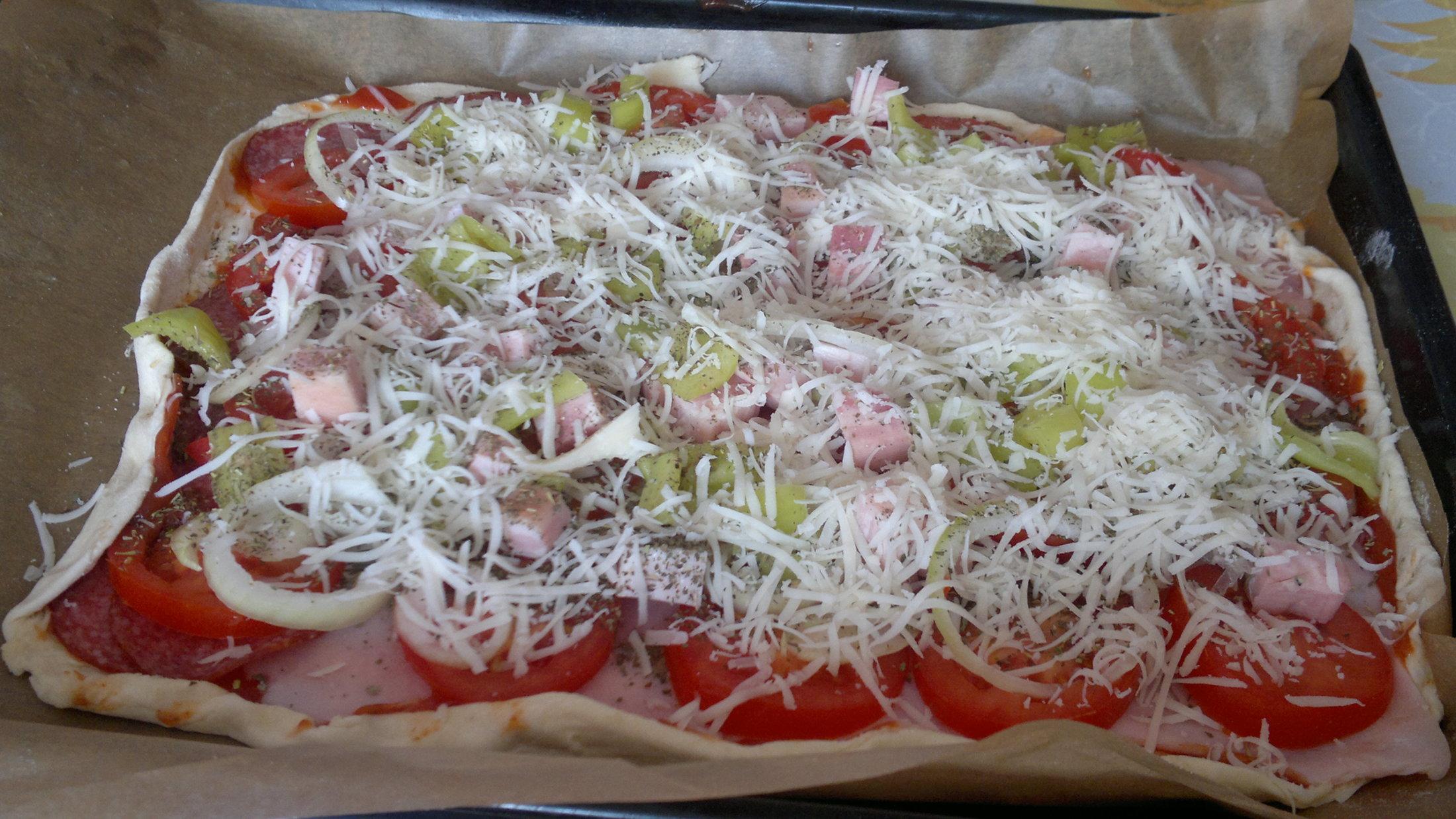 Recept Pizza z listového těsta - Pizza co dům dá...před troubou....///