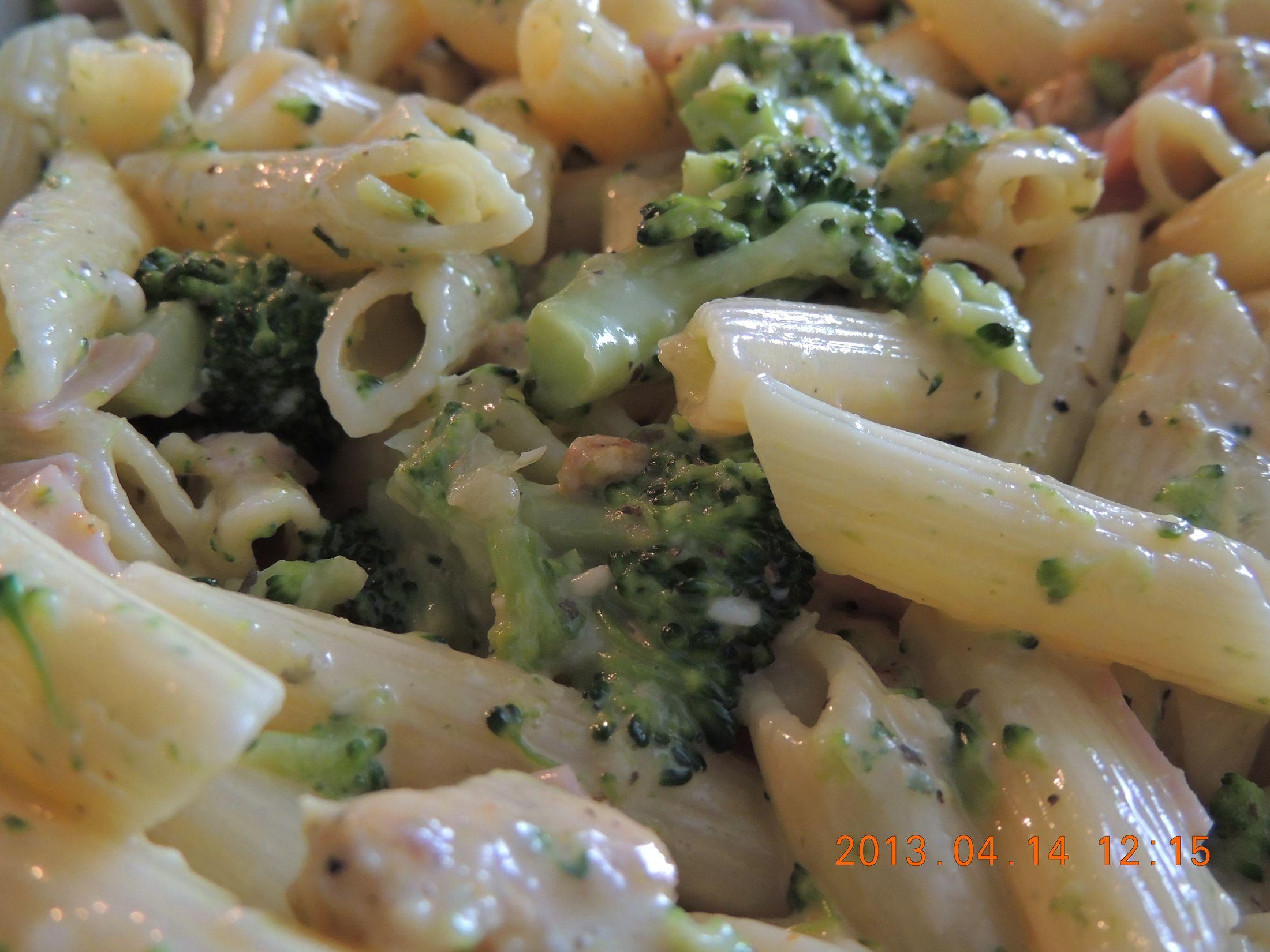 Recept Brokolice s těstovinami - Trošku jsem si to poupravila a přidala jsem jarní cibulku, česnek a místo mléka smetanu.