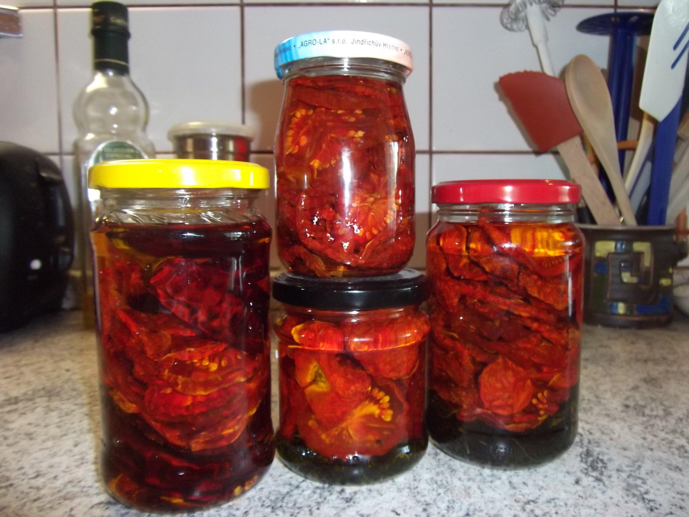 Recept Sušená rajčata v oleji - Rajčata s bazalkou, chilli papričkou a jenom samotné.
