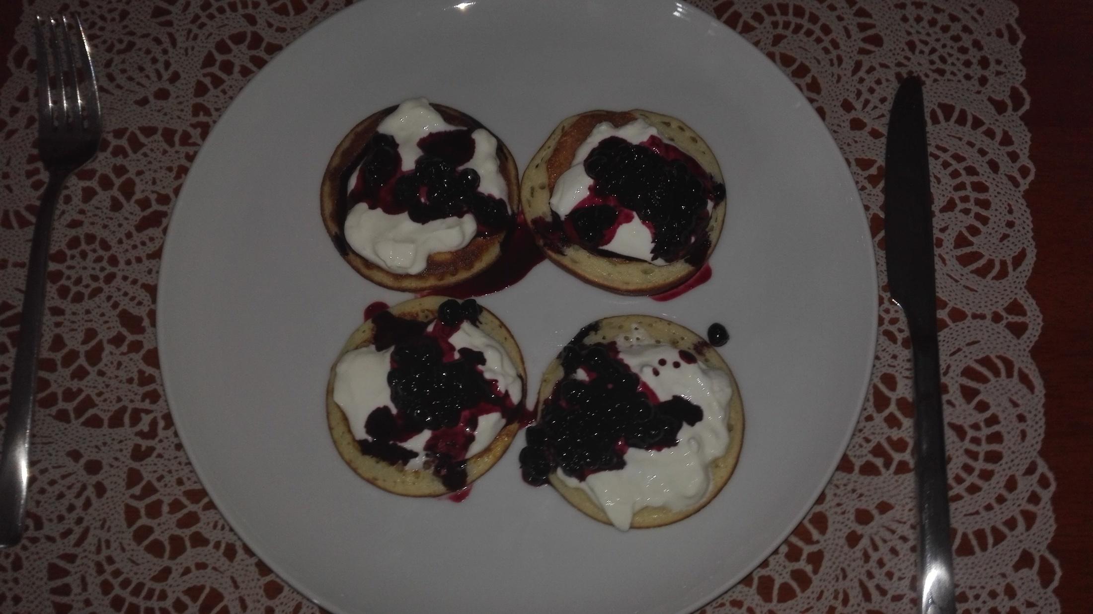 Recept Rychlé lívance - Lívanečky se zakysanou smetanou přelité borůvkovou omáčkou
