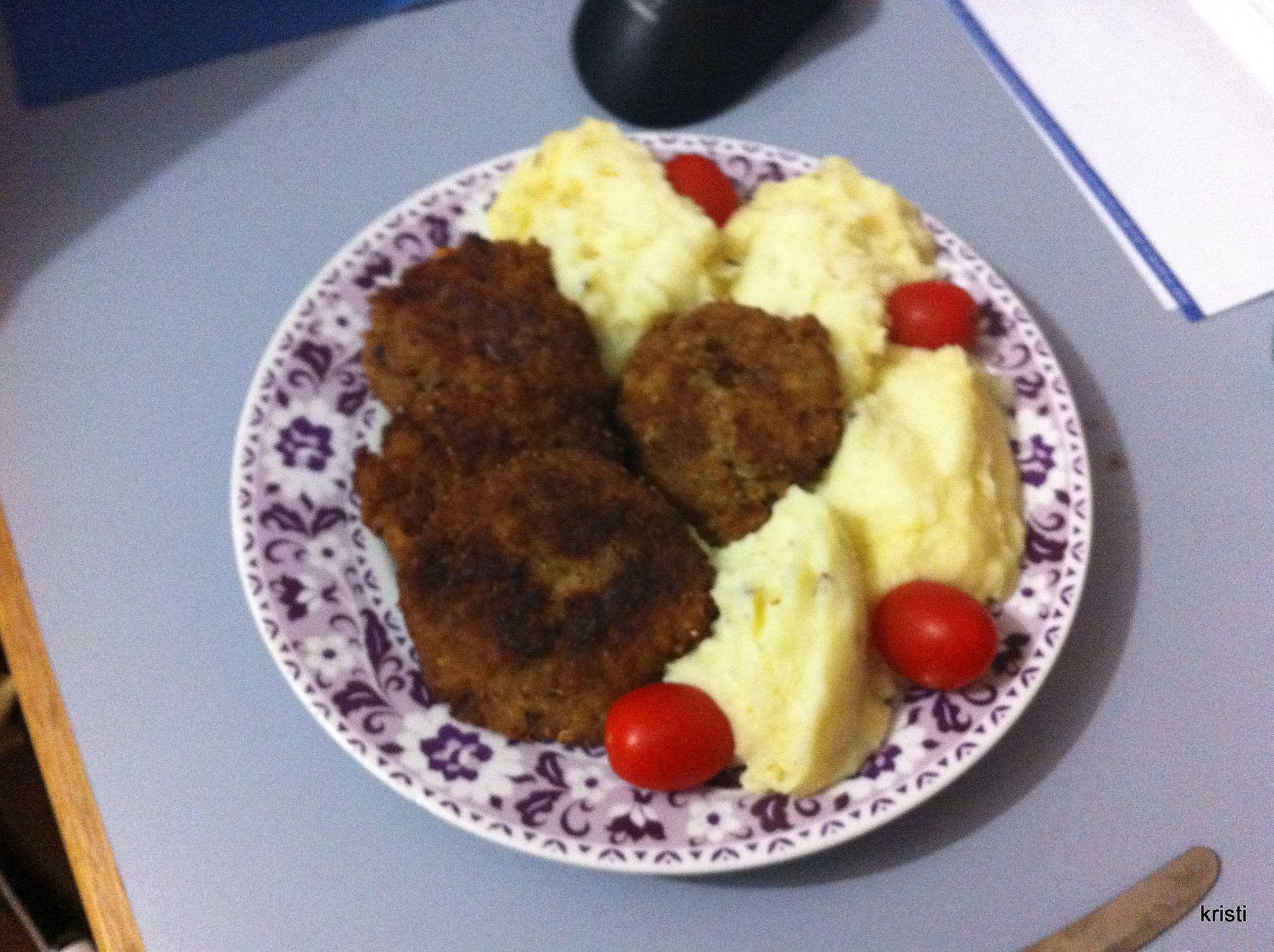 Recept Smažené karbanátky - Karbanátky, bramborová kaše a rajčátka - všem doporučuji.