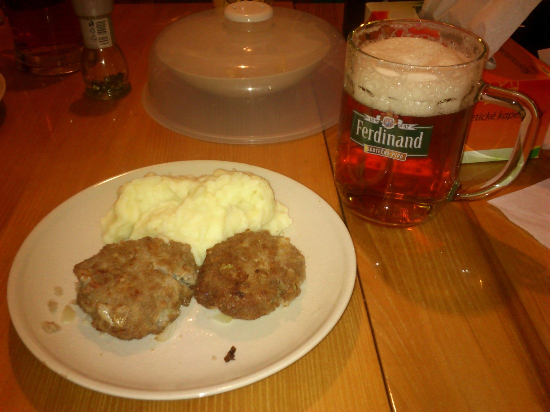Recept Smažené karbanátky - Karbanátky, bramborová kaše, pivo... mohu jen doporučit :)