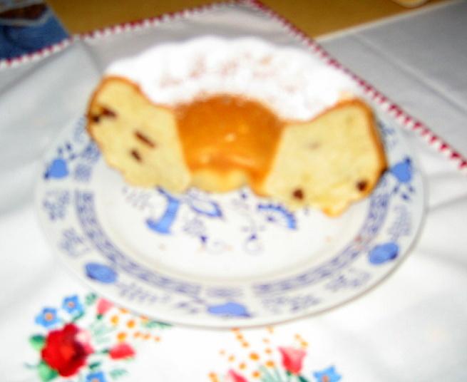 Recept Babiččina olejová bábovka - než jsem nachystala fotoaparát, zbyla jen část ještě teplé bábovky