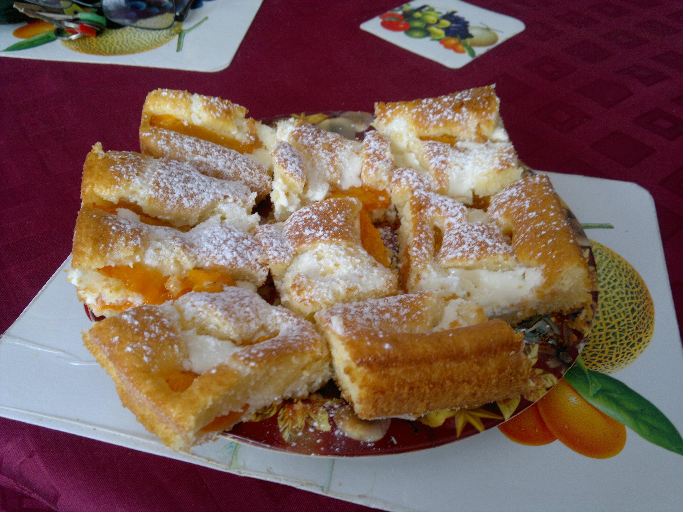 Recept Ovocná bublanina 1 - Meruňková bublanina s tvarohem  -naservírovaná. Přeji dobrou chuť!