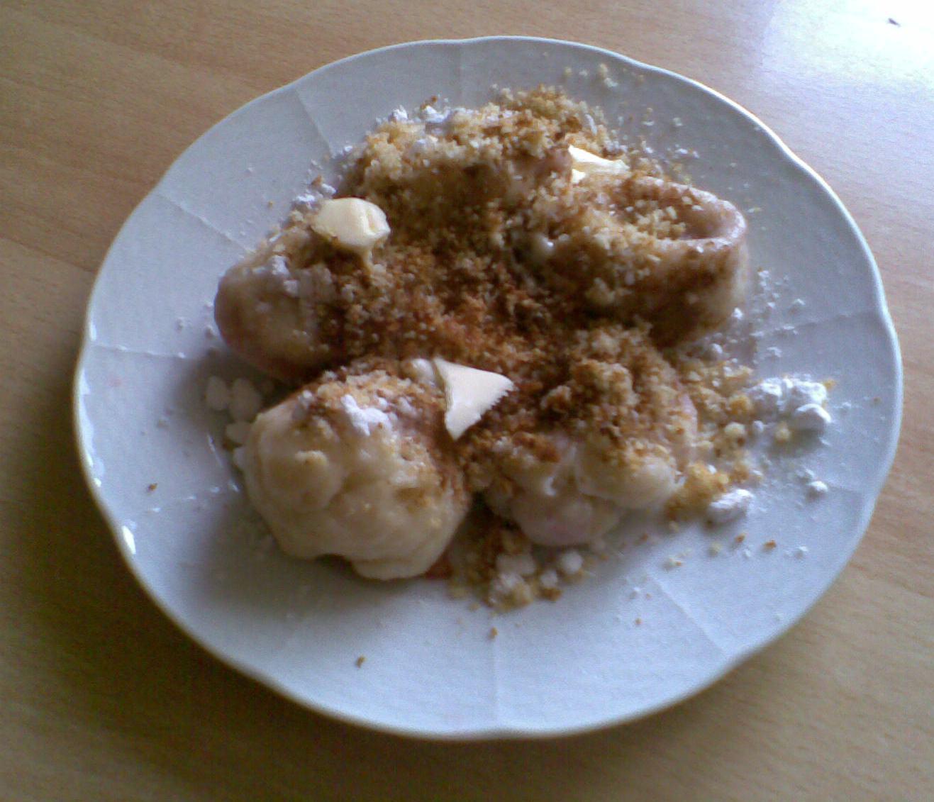 Recept Ovocné kynuté knedlíky bez vážení - Jahodové knedlíky sypané strouhankou, na poprvé se povedly.