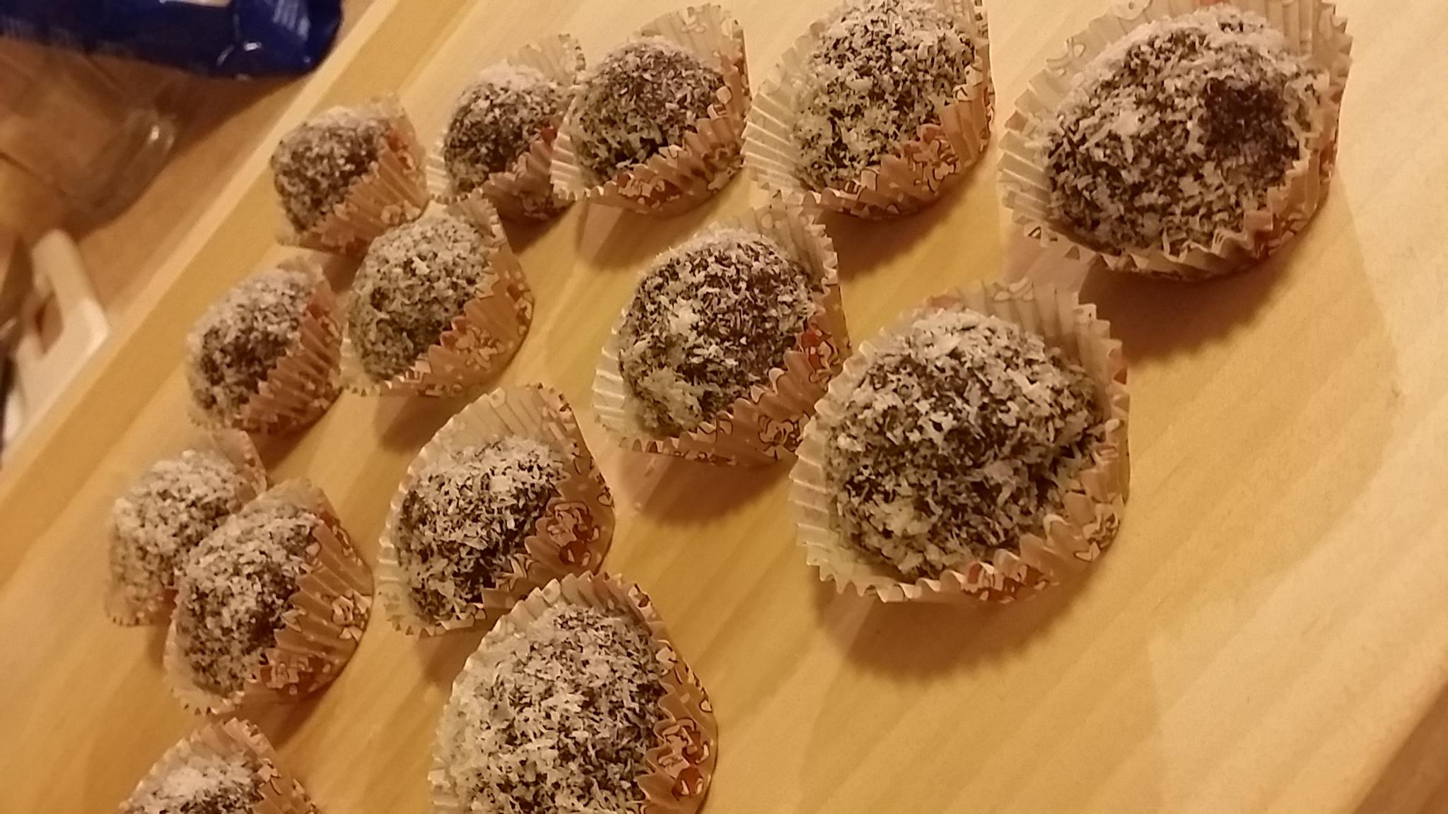 Recept Piškotové rumové kuličky - Do těsta jsem přidala máslo a kakao a jsem spokojená :)