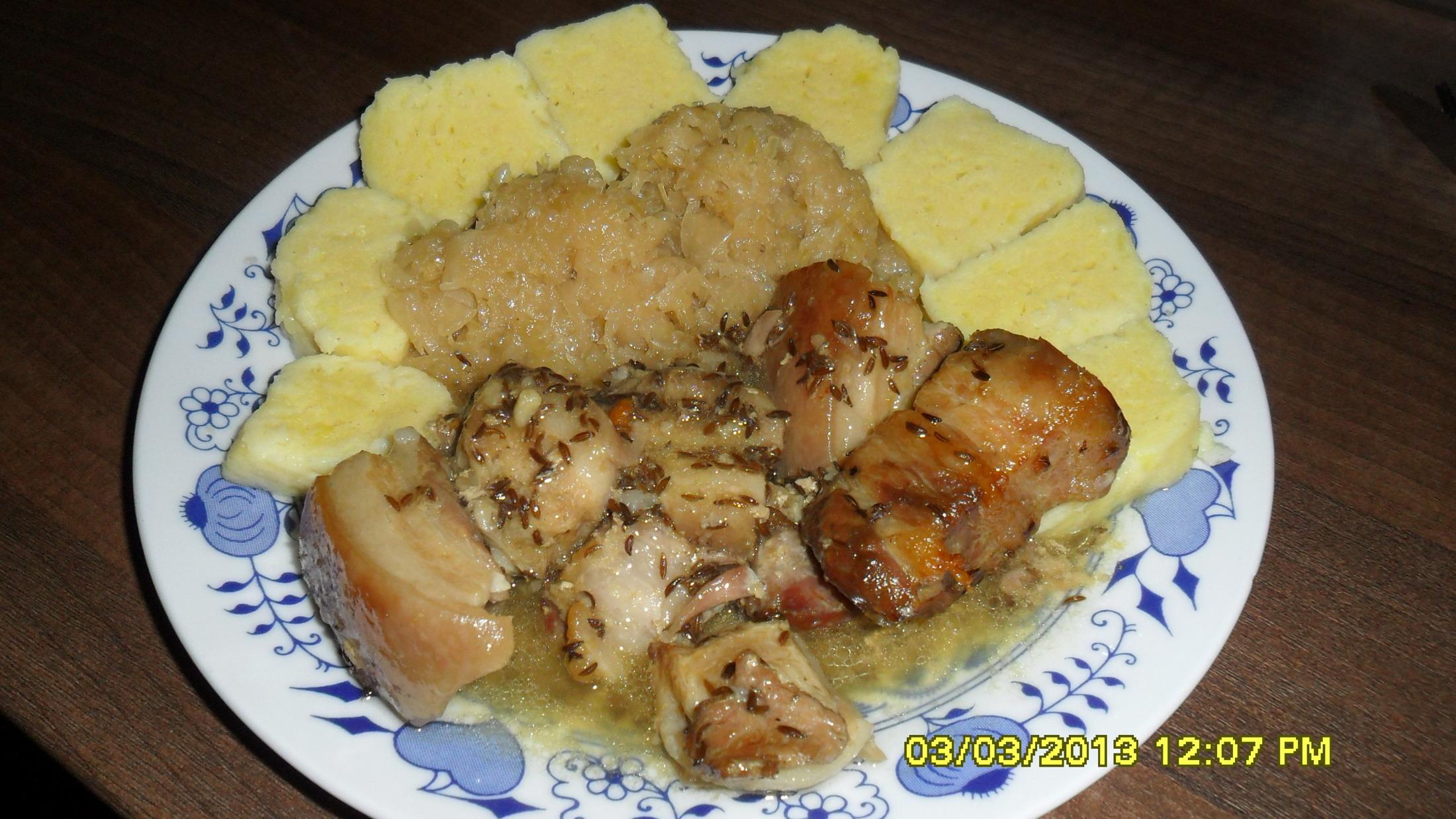 Recept Klasické bramborové knedlíky - Klasické bramborové knedlíky a moravský vrabec se zelím