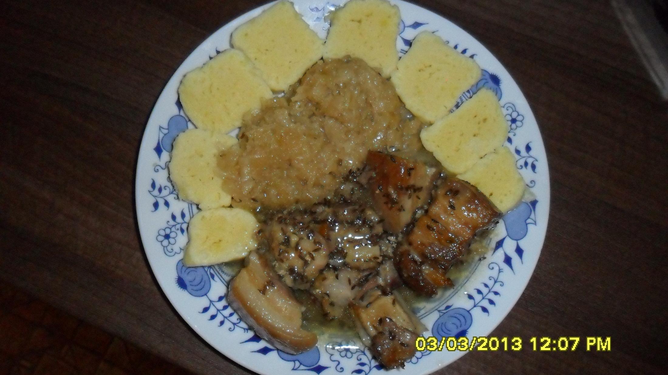 Recept Klasické bramborové knedlíky - Klasické bramborové knedlíky s vepřovým a zelím