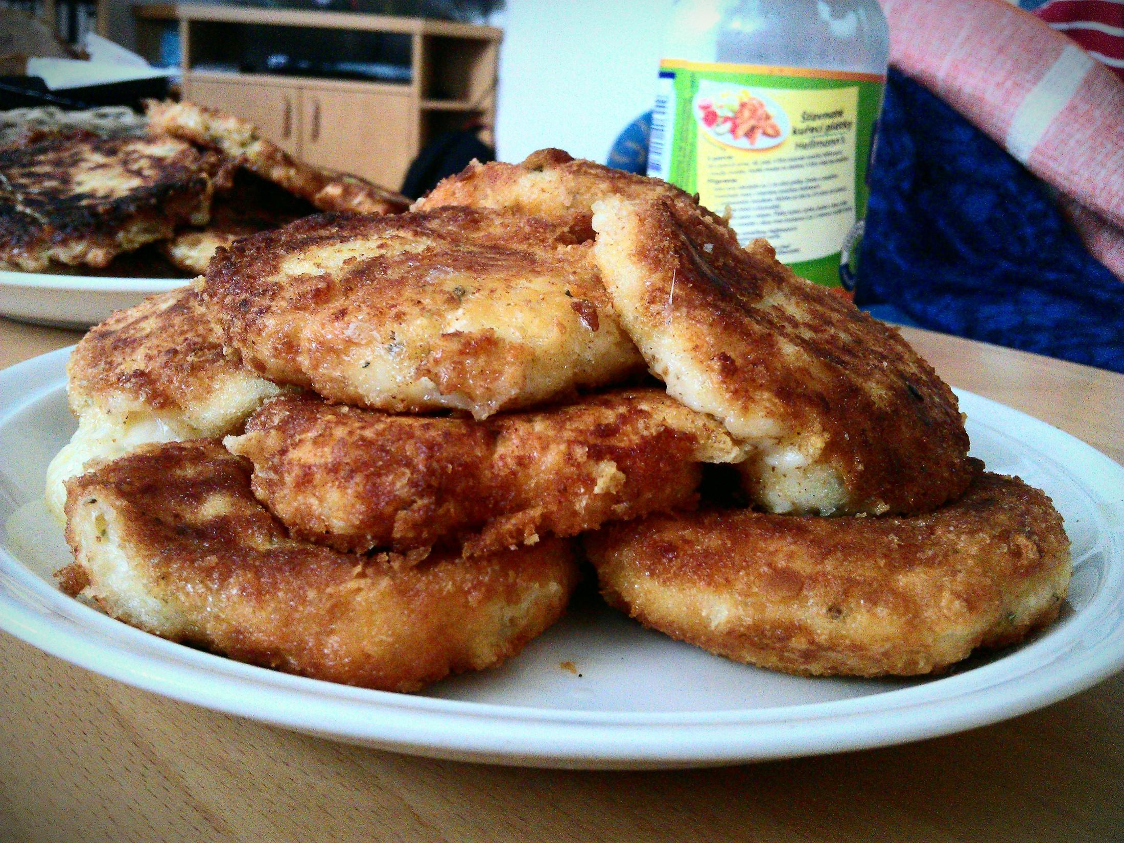 Smažené sýrové placičky s česnekem