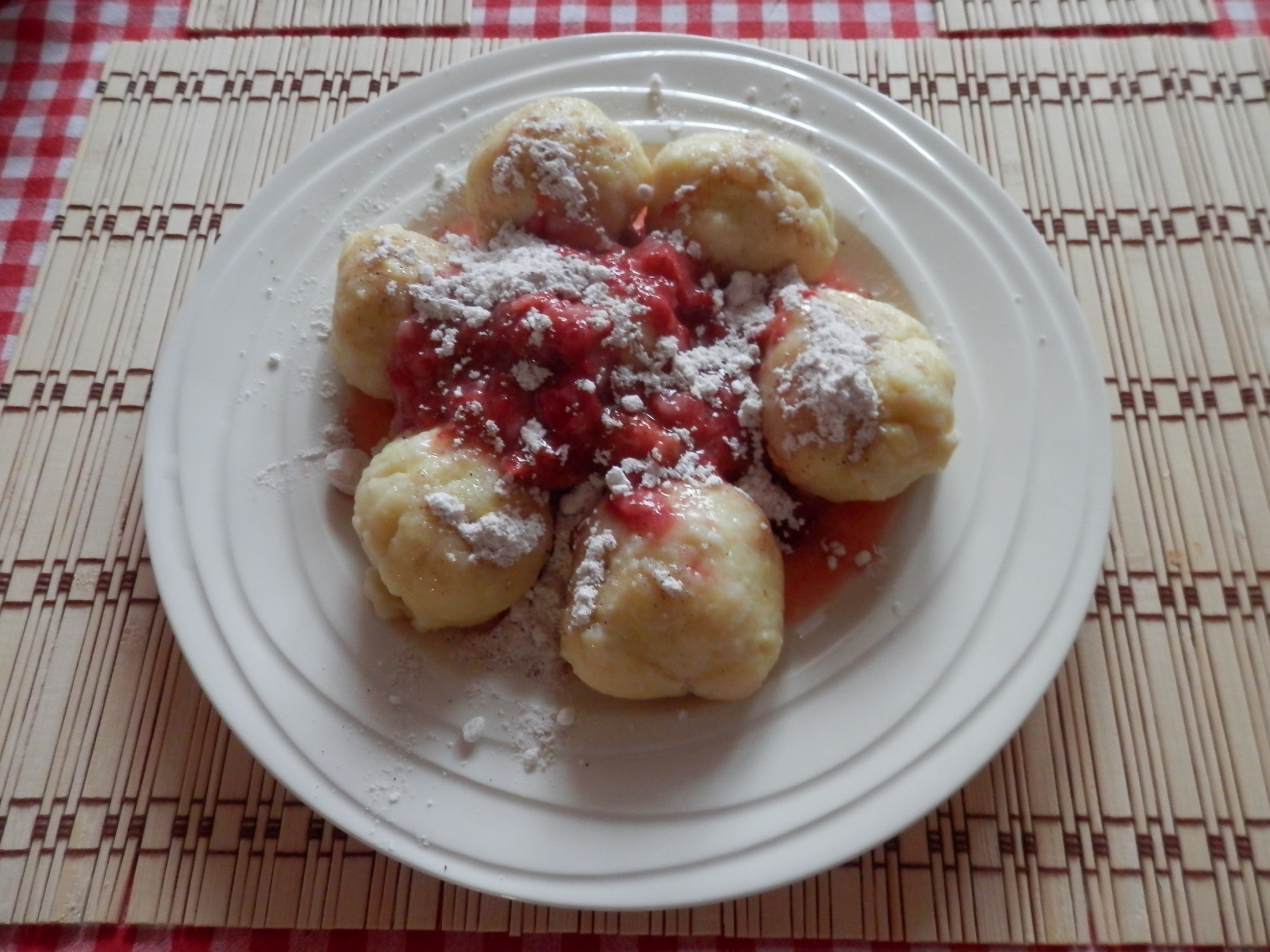 Recept Tvarohové knedlíky plněné ovocem - Knedlíky z tvarohového těsta.