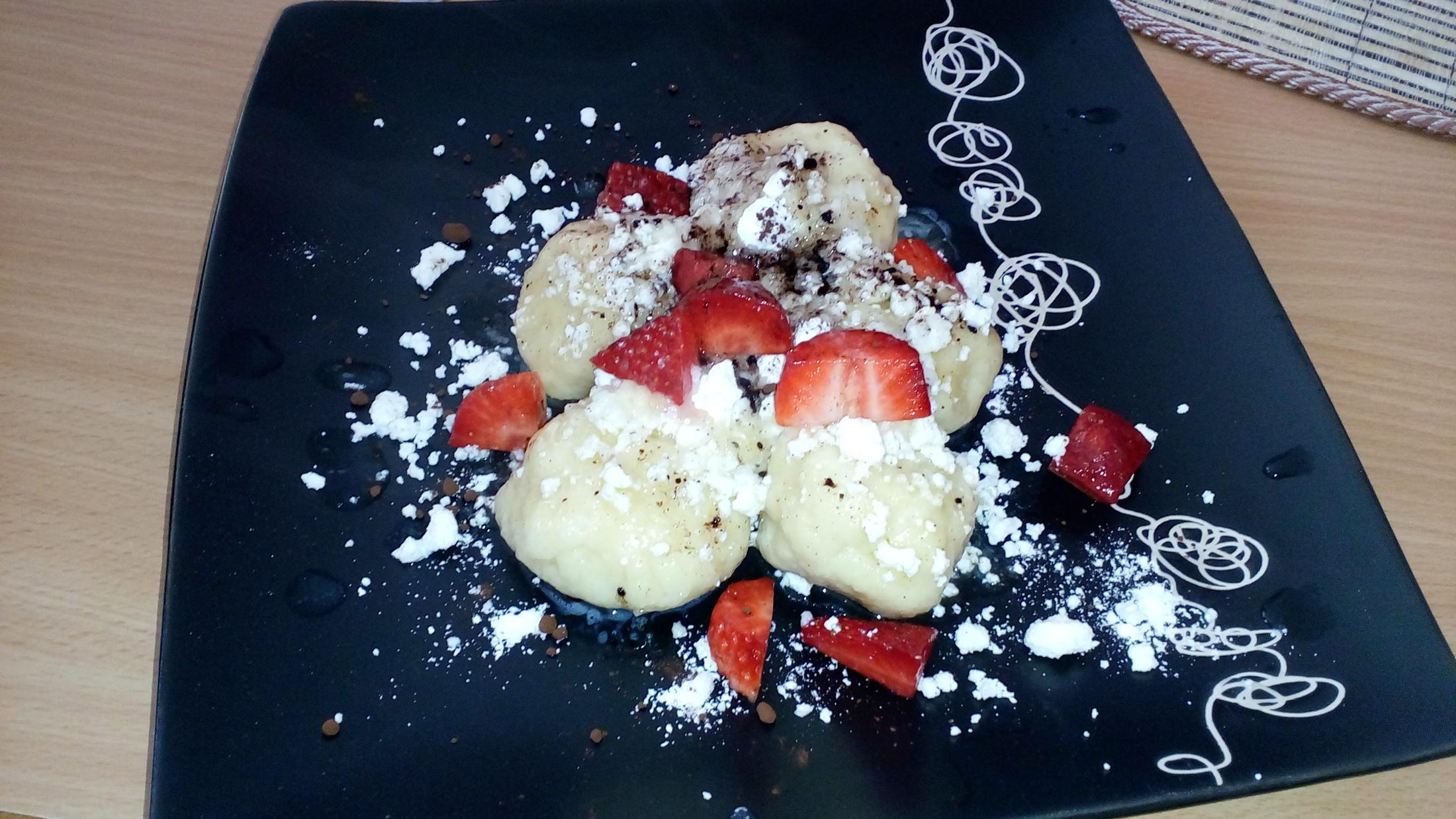 Recept Tvarohové knedlíky plněné ovocem - Jahůdkové s tvarohem