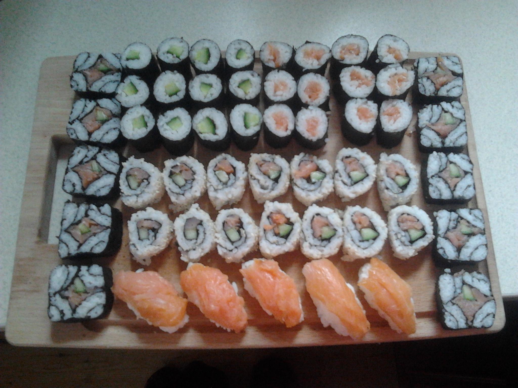 Recept Suši - Vyrábím si doma léta, výroba sushi je koníček! :-) Na fotce okurkové s a uzenym lososem.