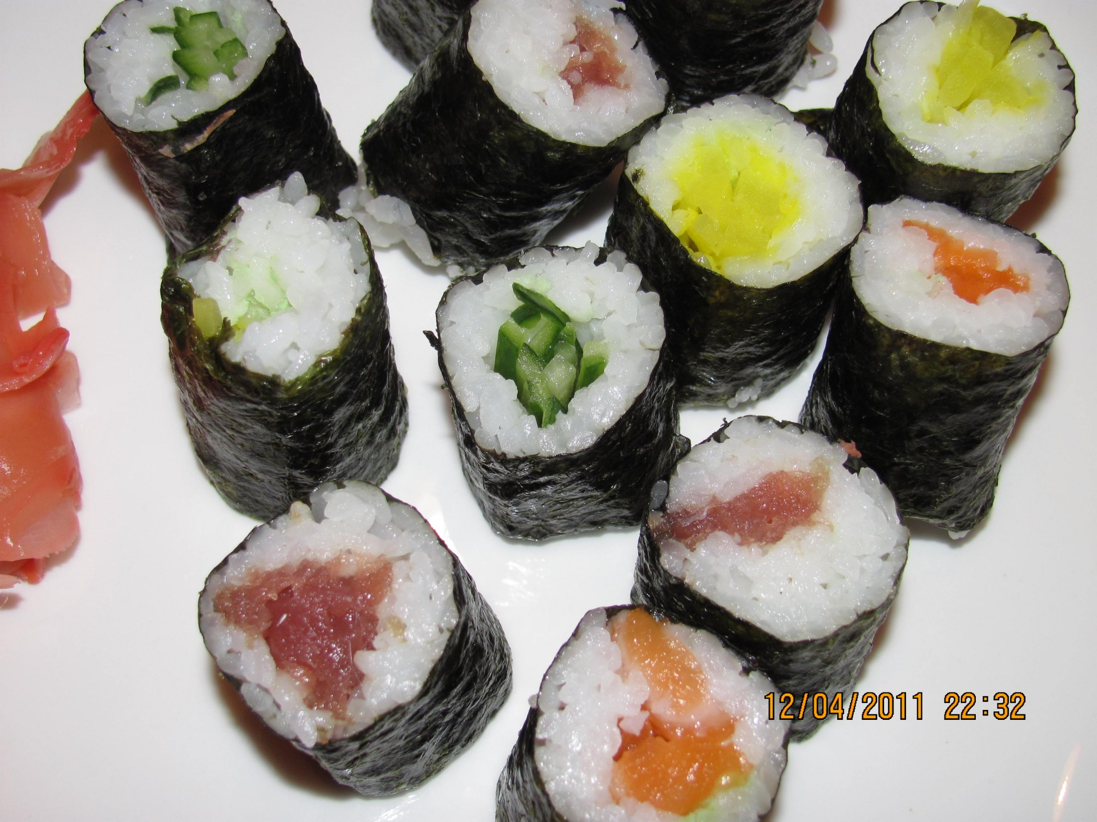 Recept Suši - Maki sushi s lososem, tunákem, okurkou, japonskou ředkví a jeden s kaviárem.