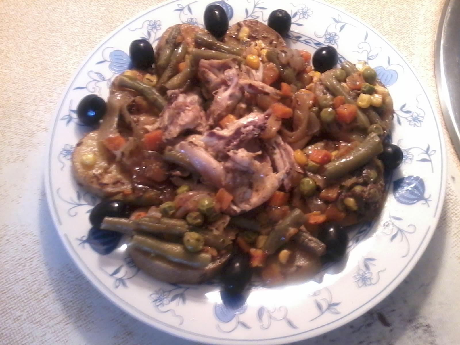 Recept Zeleninová křidélka - Porcička amerických brambor s obranými kuřecími křidélky se zeleninou a černými olivami... Dobrou chuť....///
